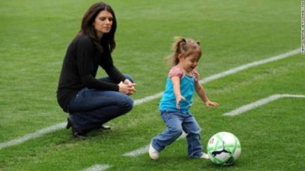 Khoảnh khắc đời thường của Mia Hamm - chơi bóng cùng con gái của mình.