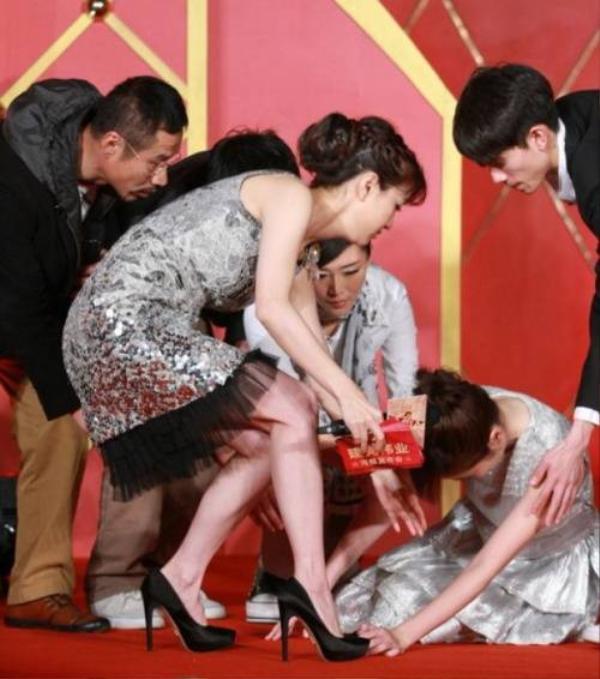 Người đẹp Mạnh Lệ Quân - Diệp Tuyền từng ngất xỉu khi dự họp báo phim Kiến đảng vĩ nghiệp.