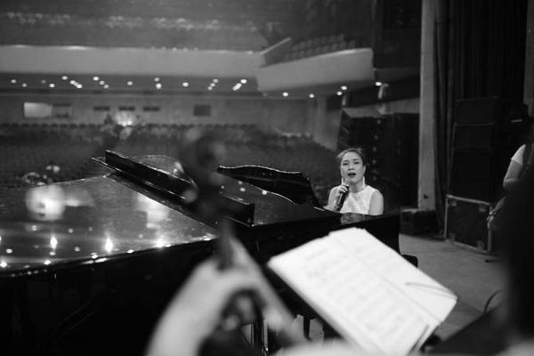 Mỹ Tâm tranh thủ luyện tập với đàn piano.