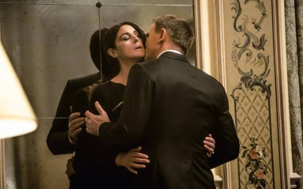 Monica Bellucci và Daniel Craig (thủ vai James Bond) trong Spectre.