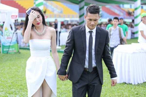 Hai vợ chồng nắm chặt tay trong suốt quãng đường từ cổng vào sân khấu chính. Nếu Thủy Tiên chọn bộ đầm trắng hở vai gợi cảm thì ông xã cô lịch lãm với bộ vest đen.