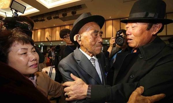 Cụ ông Oh In-se (giữa) ở Bắc Triều Tiên lần đầu tiên đoàn tụ với con trai Oh Jang-kyun (phải) đang sống ở Hàn Quốc sau 60 năm chia lìa.