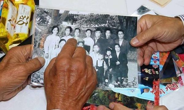 Các gia đình gặp lại nhau và ôn lại kỷ niệm của 60 năm trước, khi ai cũng còn trẻ và khỏe mạnh. Giờ đây, dù bệnh tật đau ốm, các cụ ông cụ bà vẫn cố gắng có mặt để đoàn tụ lần cuối với cháu con.