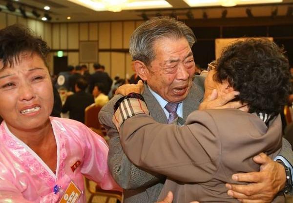 Min Ho-sik (giữa), 84 tuổi, òa khóc khi ôm em gái Min Eun-sik (phải), 81 tuổi. Kỳ đoàn tụ này là sự kiện lần thứ 20 được tổ chức từ năm 2000 trong nỗ lực hàn gắn mối quan hệ hai miền Triều Tiên.