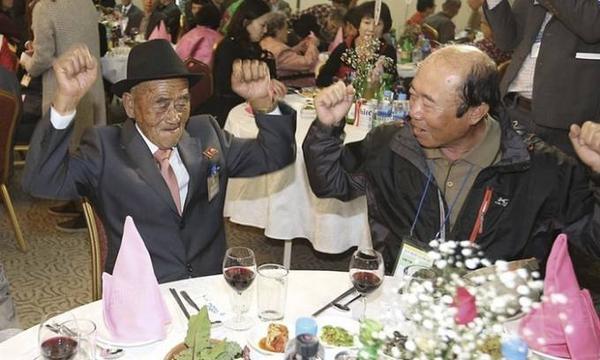 Hai cha con cùng giơ tay ăn mừng ngày hội ngộ.