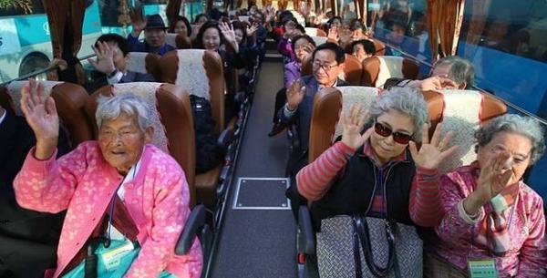 Các gia đình Hàn Quốc được lựa chọn từ danh sách 65.000 người trên chuyến xe buýt đến khu nghỉ dưỡng Mount Kumgang để gặp lại người thân.