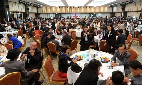 Hơn 400 người Hàn Quốc đã có mặt tại sự kiện đoàn tụ thế kỷ này.