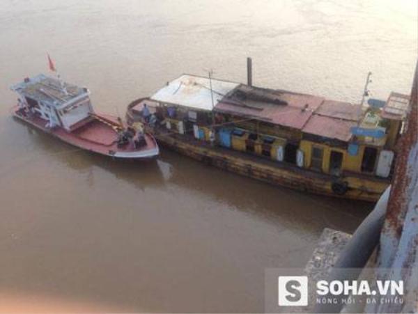Người dân đi tàu ném phao xuống sông nhưng không cứu được nạn nhân.