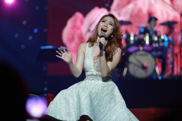 """Cuối chương trình, Mỹ Tâm khiến khán giả """"bấn loạn"""" khi thể hiện những ca khúc gắn liền với tên tuổi của cô như Như một giấc mơ, Vì em quá yêu anh, liên khúc Yêu dại khờ và đặc biệt là Ước gì. Cả khán phòng như vỡ òa và hát theo """"Họa mi tóc nâu""""."""
