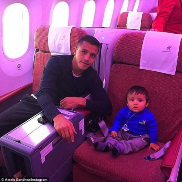 Sanchez trên máy bay trở về nước Anh sau khi giúp Chile giành chiến thắng