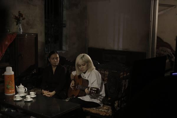 Một số hình ảnh của Yến Lê và mẹ trong MV.