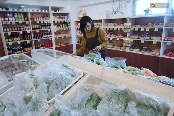 Linh Nhi tất bật chuẩn bị để có thể tiếp đón chu đáo những khách hàng đầu tiên của mình.