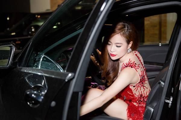 Trước đó, Hoàng Thùy Linh gây chú ý khi tự lái xế hộp sang trọng đến địa điểm biểu diễn.
