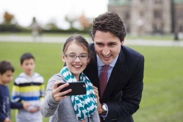 Thủ tướng đẹp trai rất được lòng dân vì sự thân thiện.