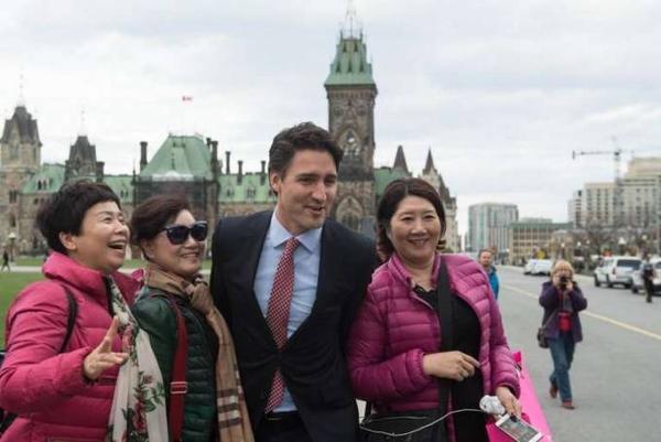 Nhà lãnh đạo trẻ tuổi đẹp trai của Canada còn là một nhà hoạt động từ thiện năng nổ. Ông rất thân thiện với tất cả mọi người, kể cả khách du lịch.