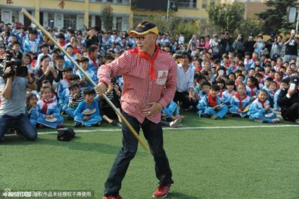 Lục Tiểu Linh Đồng múa gậy Như Ý.