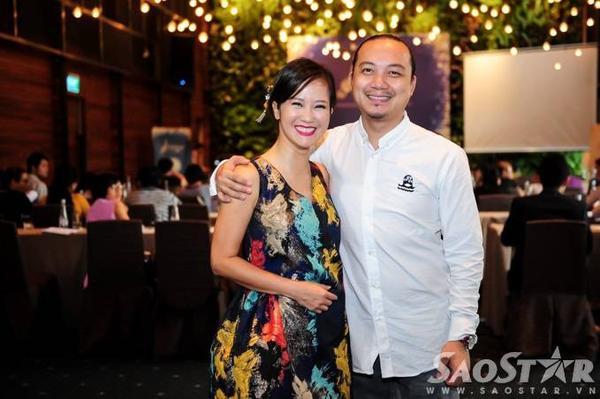 Hồng Nhung chụp ảnh lưu niệm cùng đạo diễn Cao Trung Hiếu.
