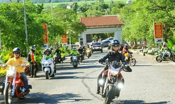 Nguyễn Hoài Thương cầm lái Ducati Hyperstrada trong ngày hội mô tô phân khối lớn tại Quảng Trị.