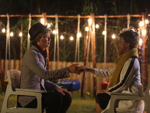 Hình ảnh của Phan Đình Tùng và vợ ở phần cuối MV.