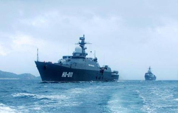Hai chiến hạm của hải quân Việt Nam: HQ11-Lý Thái Tổ, HQ12-Đinh Tiên Hoàng đang tuần hành trên vịnh Cam Ranh