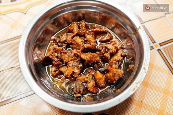 Và đây là món thịt chuột xào sả ớt cay thiệt cay sẽ thu hút những tín đồ ẩm thực thích khám phá.