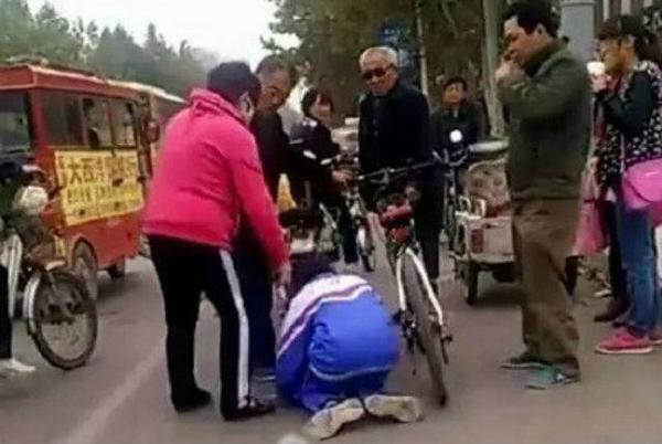 học sinh quỳ gối vì đâm xe đạp