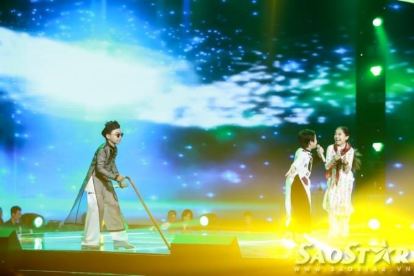 Trước phần biểu diễn của Mỹ Tâm - Hồng Minh, thí sinh Công Quốc cũng có tiết mục Lên chùa câu an thú vị, mang đến những tràng cười liên tiếp cho khán giả với sự hỗ trợ từ hai người bạn trong đội là Nhã Thy và Thế Thanh.