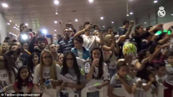 Ronaldo và Real được chào đón nồng nhiệt ở sân bay.