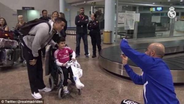 Ronaldo chụp hình cùng fan nhí.