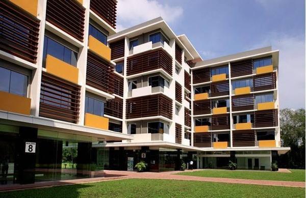 Ký túc xá của trường đạt tiêu chuẩn quốc tế, khánh thành năm 2011. Nội thất hiện đại như khách sạn. Một phòng cho 3 người, bao gồm: 3 phòng ngủ, một phòng khách và một nhà vệ sinh.