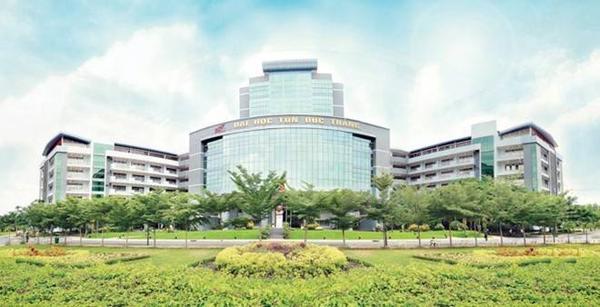 Tổng thể Khối nhà hành chính ĐH Tôn Đức Thắng được thiết kế hiện đại, hài hòa, khuôn viên nhiều cây xanh.