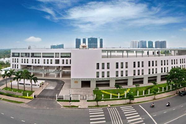 THCS - THPT Đinh Thiện Lý TP HCM được đánh giá là ngôi trường có cơ sở vật chất tốt ở TP HCM. Toàn cảnh trường nhìn từ mặt đường Nguyễn Đức Cảnh.