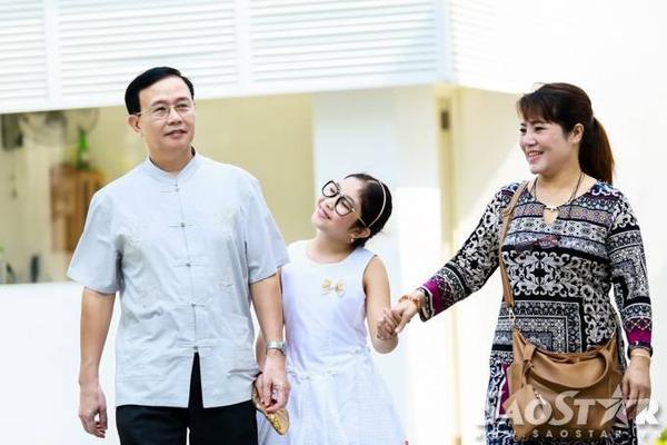 Hồng Minh cùng bố mẹ đến tòa soạn báo Saostar để trả lời buổi giao lưu trực tuyến với khán giả.