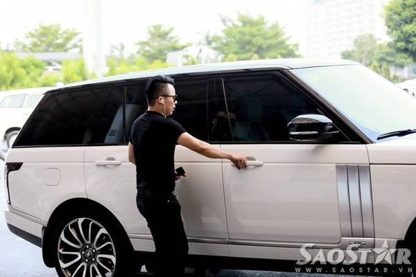 """Chiếc xe Range Rover đón Ngọc Trinh cùng """"ông trùm chân dài"""" có giá hơn 8 tỷ đồng do cô tự tậu hồi tháng 11/2014. Trong một bài báo trước đây, người đẹp từng tiết lộ lý do mua xế hộp này là bởi trông nó chất, trẻ trung và không ra dáng quá doanh nhân."""