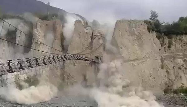 Lở đất ở 1 cây cầu gần Danyore, Pakistan. Ảnh: Twitter