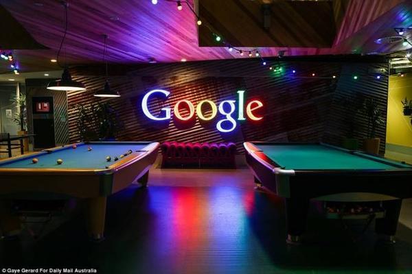 Một bàn bi-a mang đậm hơi thở Google cũng được đầu tư cho nhân viên giải trí.