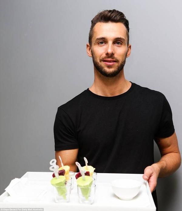 """Bước chân đầu tiên vào Google, bạn đã được """"trai đẹp"""" đầu bếp trưởng thết đãi cocktail và trái cây ngon miệng như thế này."""