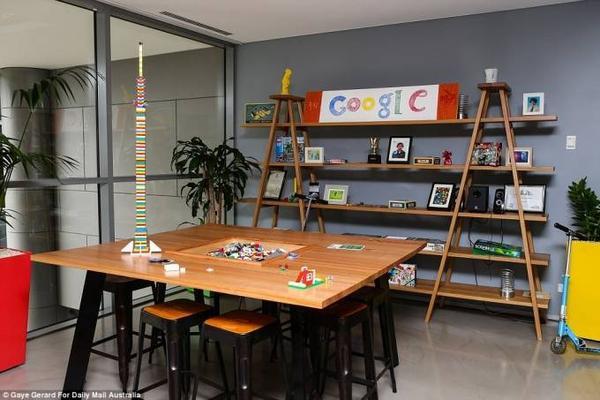 Bàn họp cũng được trang trí như trong quán cafe với ghế cao và không gian sáng tạo tuyệt đối.