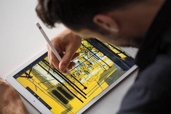Apple Pencil: Đây mới chính là lý do quan trọng nhất để sở hữu iPad Pro. Apple Pencil được biết đến là chiếc bút stylus bằng nhựa, nó có thể kết nối với iPad Pro qua Bluetooth. Pencil và màn hình iPad Pro tích hợp một số công nghệ ghi nhận lực nhấn lên bút của người dùng để có lực phản hồi thích hợp. iPad Pro có thể quét 240/giây để nhận diện hoạt động của Apple Pencil. Hơn nữa, công nghệ Apple đã thiết kế riêng ứng dụng giảm độ trễ của bút Apple xuống phần triệu giây. Do đó, sự hiển thị nét vẽ được thực hiện vô cùng nhanh chóng.