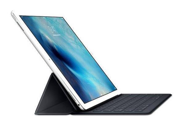 Bàn phím thông minh: iPad Pro sẽ phút chốc trở thành một chiếc MacBook nếu bạn sở hữu bộ bàn phím này. Phải bỏ ra khoảng 170 USD để mua thiết bị này nhưng rõ ràng, đây là một sự thay đổi đáng kể của Apple. Với bàn phím được cấu tạo tinh tế, khi bạn kết nối, hệ điều hành iOS 9 sẽ tự động tối ưu hóa và biến bộ phận này thành bàn phím vật lý.