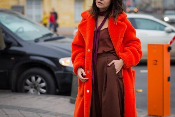 """Chiếc áo choàng lông màu đỏ """"tỏa nhiệt"""" giữa những ngày tiết trời lạnh ở Nga."""