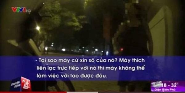 Tú bà quát mắng khi PV tỏ ý xin số điện thoại để liên hệ trực tiếp với một trẻ mại dâm nam - (Ảnh cắt từ clip)