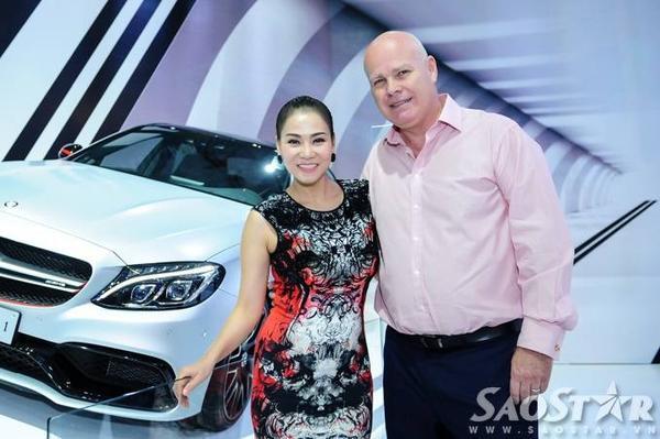 Chiều 28/10, Thu Minh và chồng - doanh nhân Otto thu hút nhiều sự chú ý từ cánh truyền thông lẫn những người có mặt khi xuất hiện tại trung tâm triển lãm Sài Gòn - SECC (TP HCM) dự Vietnam Motor Show 2015 đồng thời thưởng lãm các mẫu xe mới.