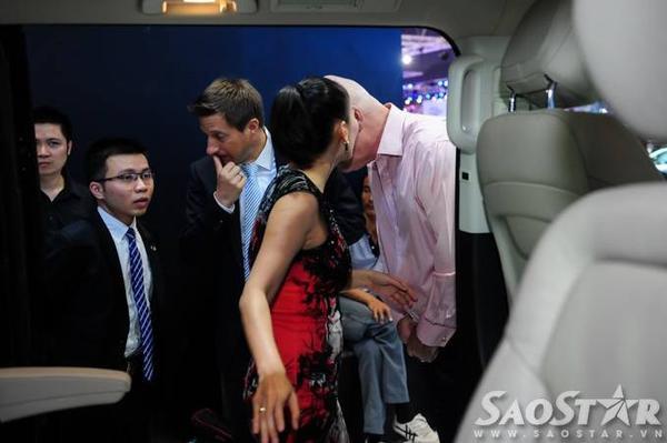 Thu Minh tranh thủ bàn bạc và trao đổi với chồng về mẫu xe bản thân cảm thấy thích nhất.