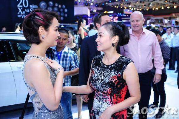 Nữ ca sĩ gốc Hà thành tranh thủ trò chuyện cùng diễn viên Mai Thu Huyền khi cả hai gặp gỡ ở sự kiện.