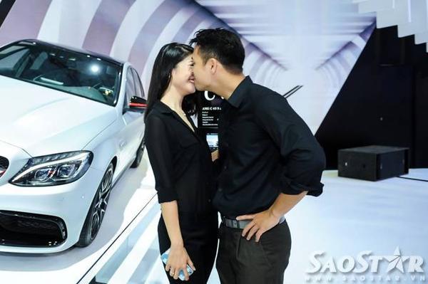 Cặp đôi không ngại thể hiện tình cảm dành cho nhau trước ống kính máy ảnh.