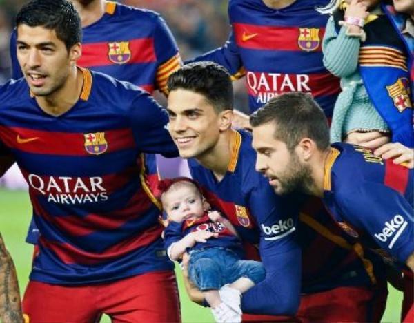 Bartra và con gái chụp hình cùng các đồng đội sau trận đấu.