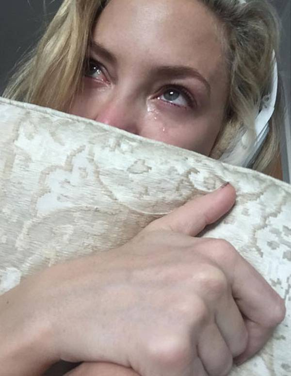 Kate Hudson ôm gối thổn thức.