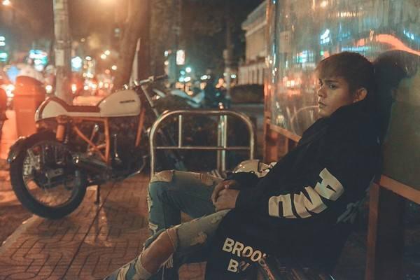 Hình ảnh của Sơn Ngọc Minh trong MV mới.