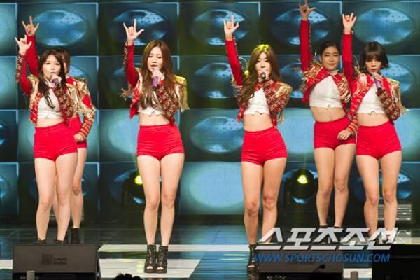 Tối 29/10, nhóm Girl's Day là một trong những nhóm nhạc, nghệ sĩ trình diễn tại concert tường thuật trực tiếp Tencent K-pop Live ở tỉnh Gyeonggi. Trong ca khúc I Miss You, trang phục của 4 cô gái gồm áo sơ mi hở bụng, jacket và quần hot pants ngắn ngủi.